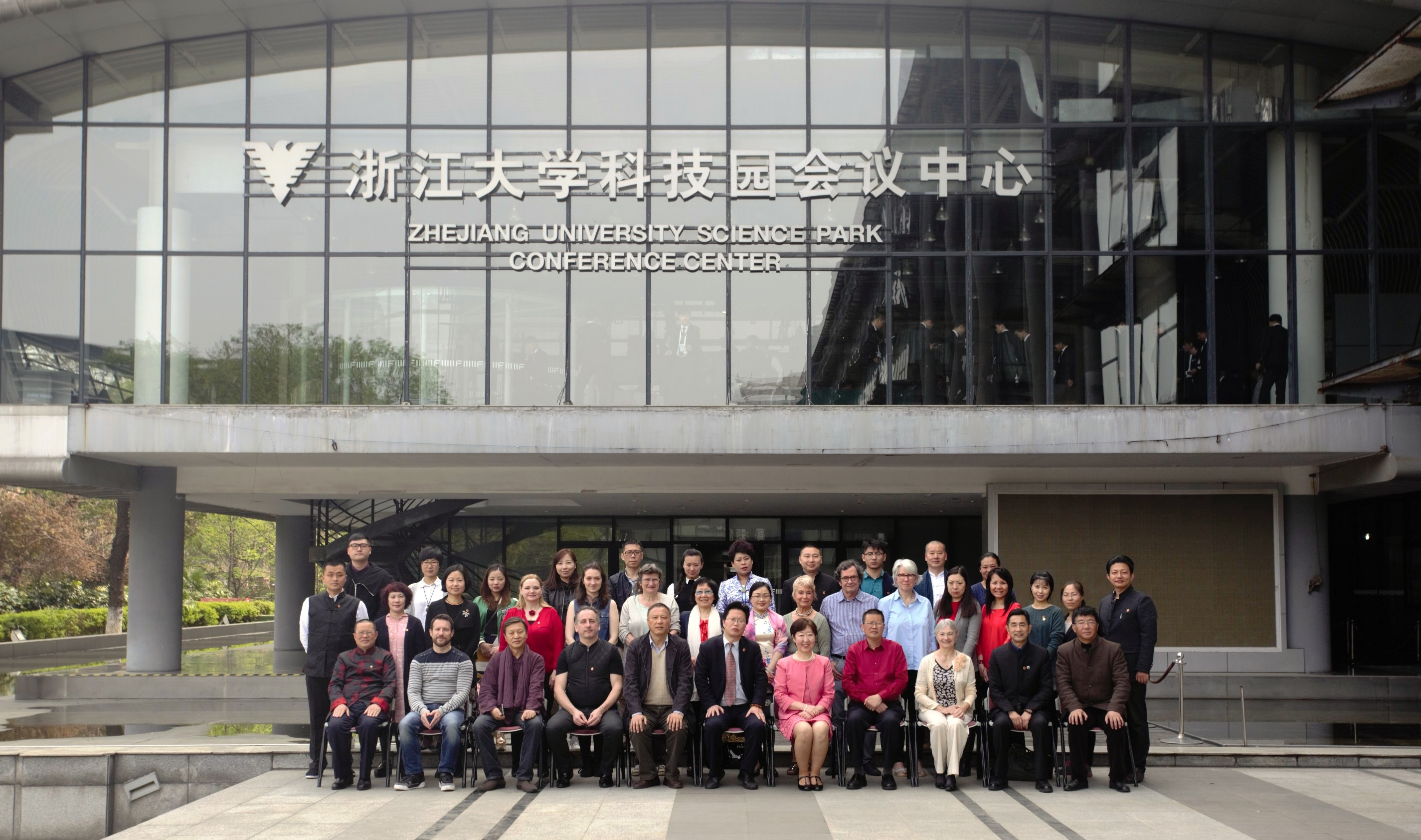 Les stagiaires posent devant l'université d'accueil Zhe Jiang